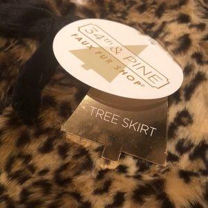 34th and Pine Holiday - Luxury Christmas Tree Skirt NWTS